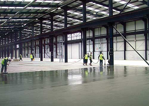 Application of pumped floor screed